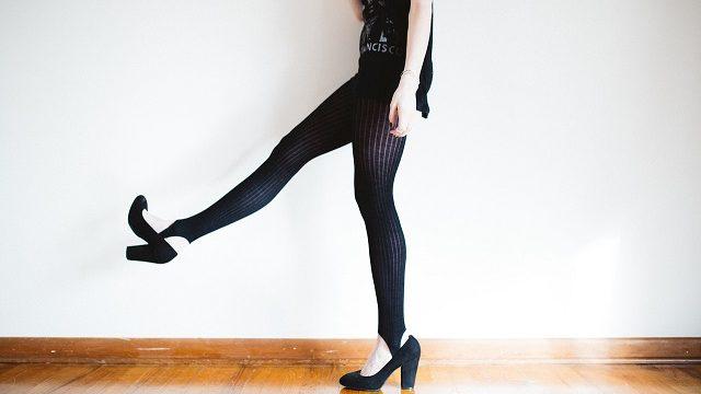脚が細く見えるタイツをはいた女性