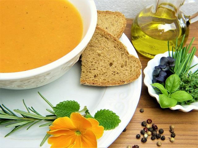 スープとパンの画像