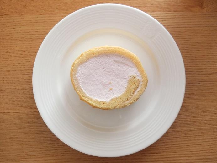 ロールケーキストロベリーをお皿にのせた画像